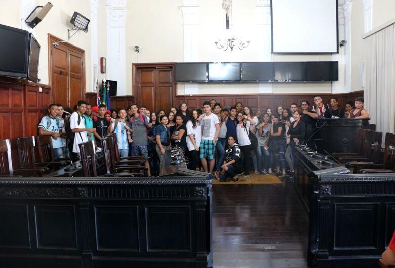 Câmara Municipal recebe alunos da escola Professor Aduar Kemell Dibo