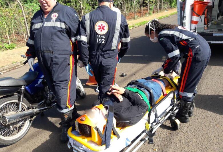 Motociclista fratura o dedo após colisão em avenida
