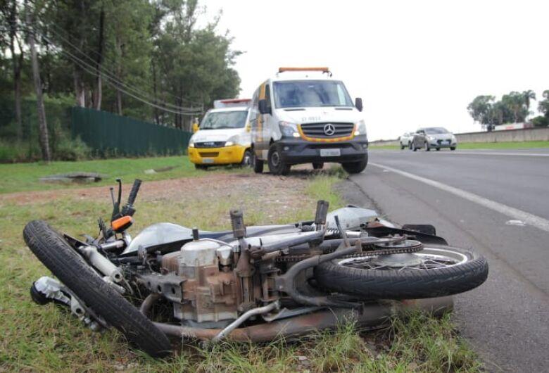 Duas pessoas ficam feridas em acidente envolvendo moto e carro na WL