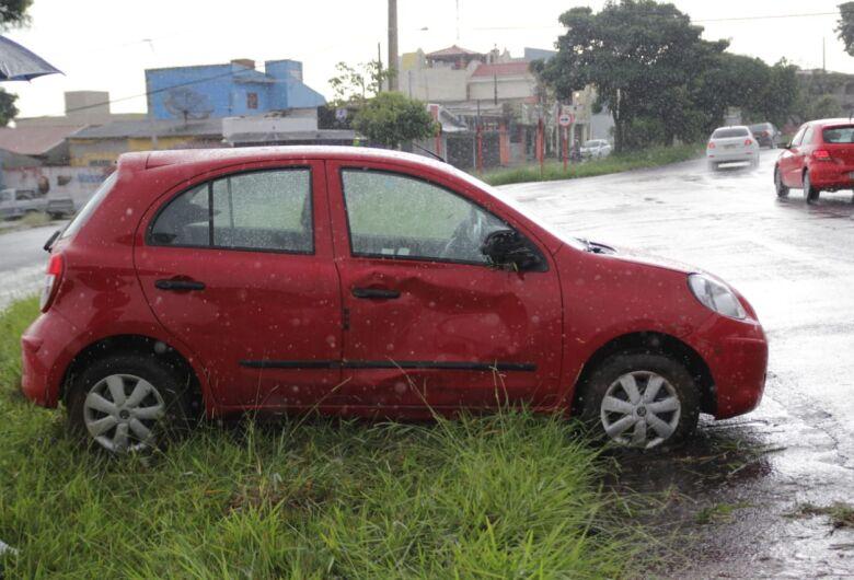 Carro tomba ao passar em poça na Bruno Rugiero