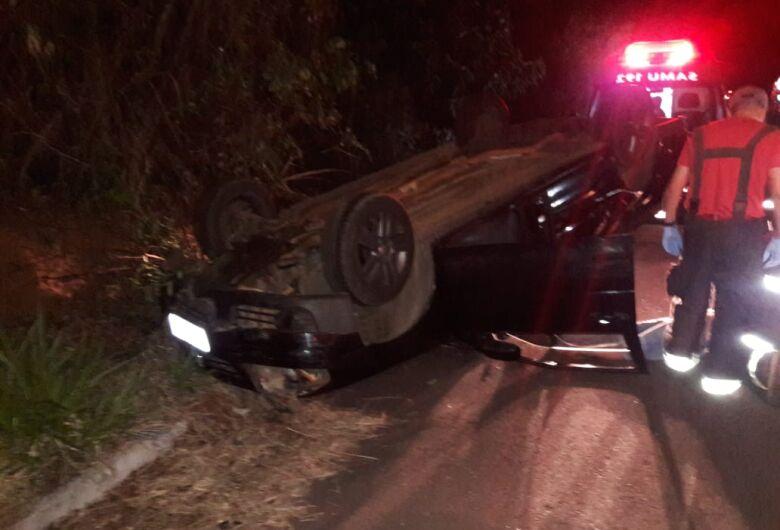 Motorista bate carro em barranco após passar mal ao volante