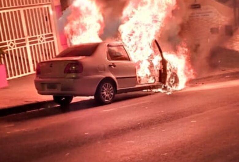 Carro pega fogo no Centro