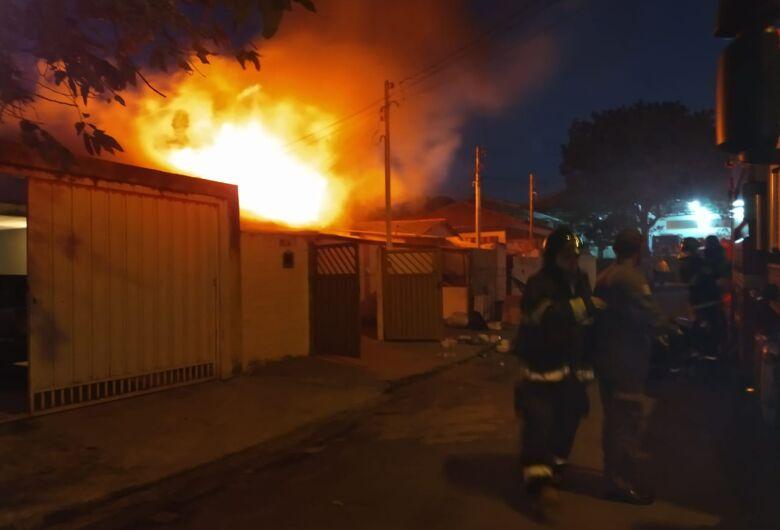 Incêndio de grandes proporções atinge duas casas na Vila Marina