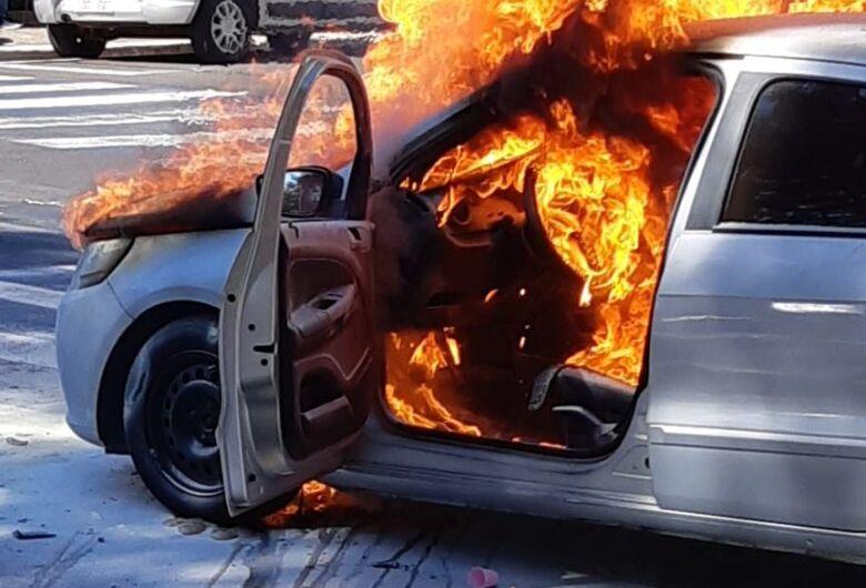 Carro é consumido por incêndio no Centro de São Carlos