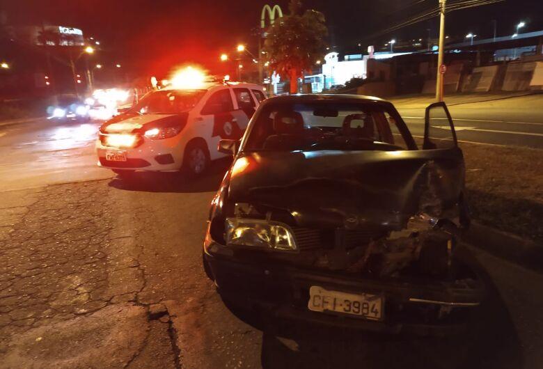 Motorista bate em poste na região do shopping