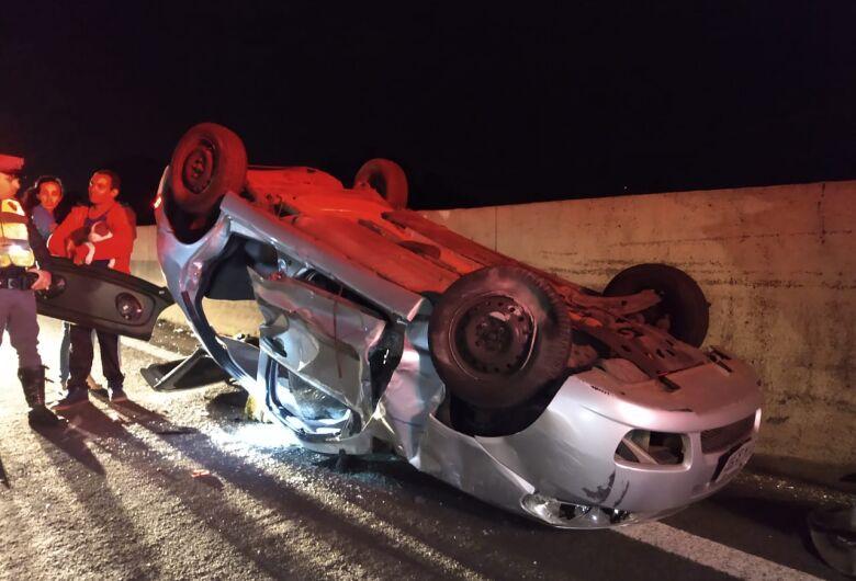 Carro capota na Washington Luís; mãe e filha ficam feridas