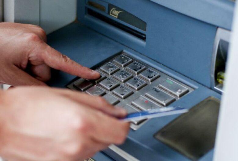 Bandidos tentam aplicar golpe em bibliotecária dentro de agência bancária