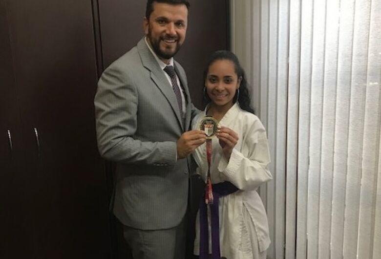 Vereador Rodson parabeniza a karateca Thamires pela conquista no Campeonato Paulista de Karatê