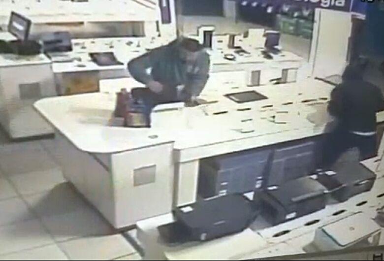 Câmera de segurança registra ação de ladrões no Magazine Luiza
