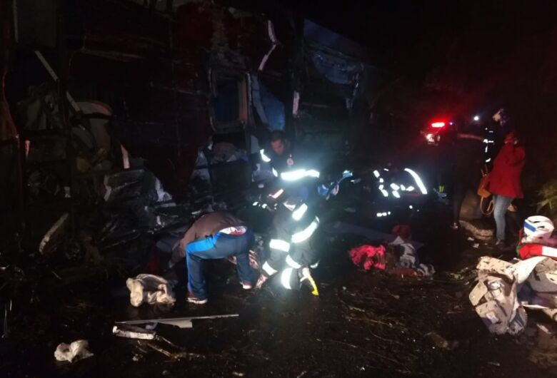 Acidente com ônibus deixa ao menos 10 mortos no interior de SP