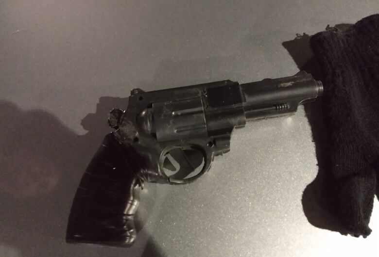 Adolescente de 14 anos é flagrado com arma falsa em Ibaté