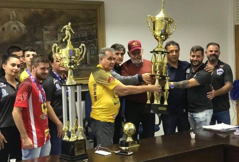 São Carlos Futsal apresenta troféu da Taça EPTV ao prefeito Airton Garcia