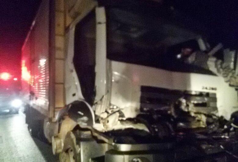 Duas pessoas ficam presas às ferragens após colisão entre caminhões