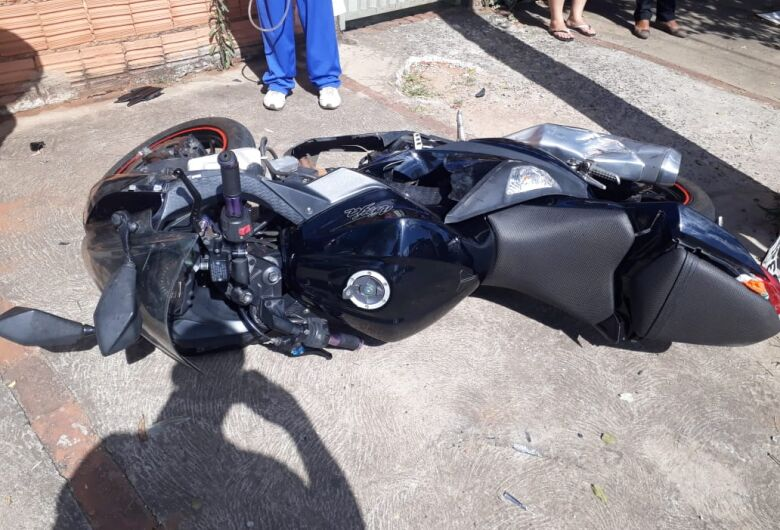 Motociclista é arremessado sobre carro após colisão no Cidade Aracy 2