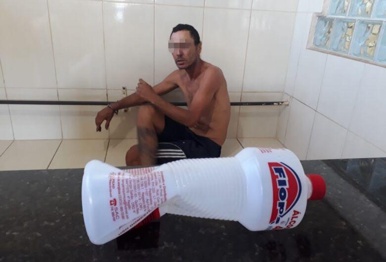 Homem é detido após tentar agredir e ameaçar a mãe na Vila Jacobucci