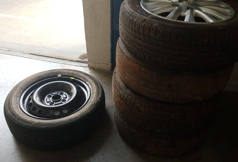 Rodas de carro levadas em assalto a comerciantes são encontradas em bar no Antenor Garcia
