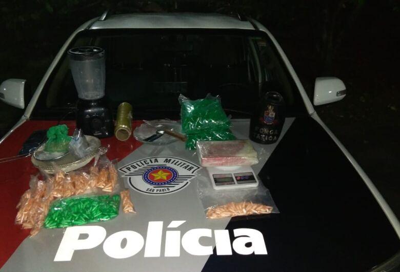 Trio é flagrado embalando drogas em casa; dois menores de idade