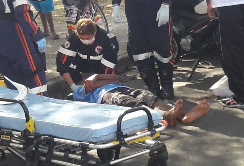 Adolescente sofre corte profundo na perna após queda de moto