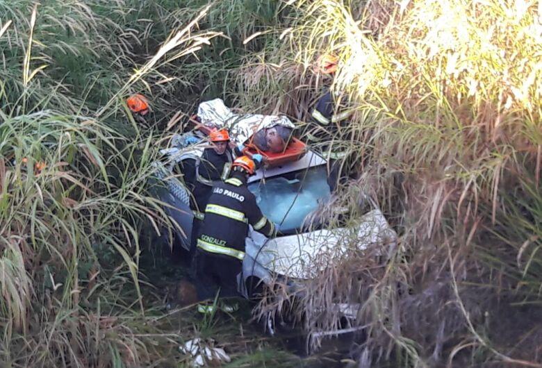 Taxista é resgatado 12 horas após capotar carro na Washington Luís