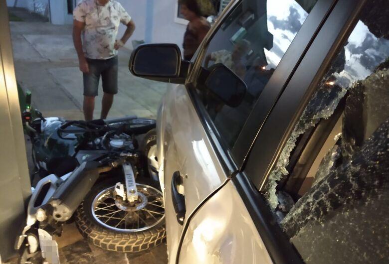 Motociclista bate em veículo que entrava em garagem de residência