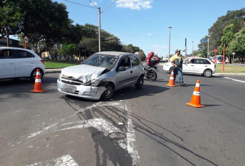 Carros colidem na Avenida Trabalhador São-carlense