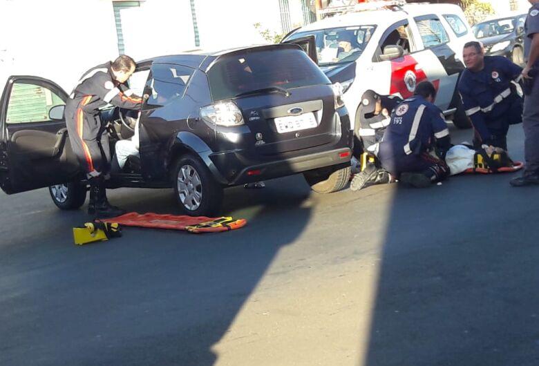 Duas pessoas ficam feridas após colisão na Vila Prado