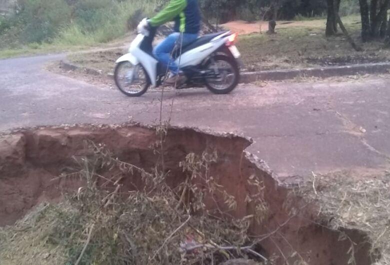 Ponte no Aracy continua abandonada e coloca em risco os usuários