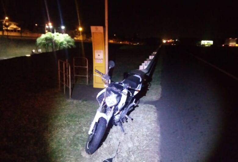 Moto colide na traseira de carro na Washington Luís
