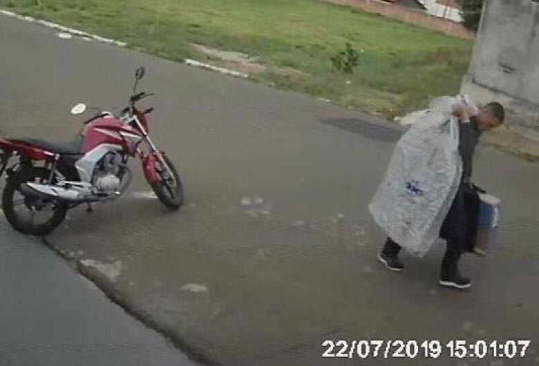 Câmera flagra ladrão levando televisores após furto no Ricetti