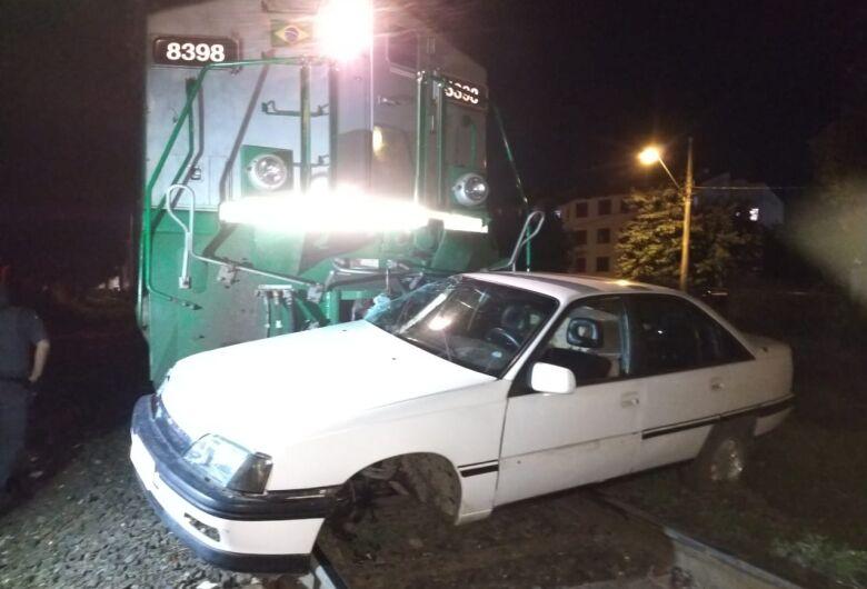 Carro é atingido por trem no CDHU