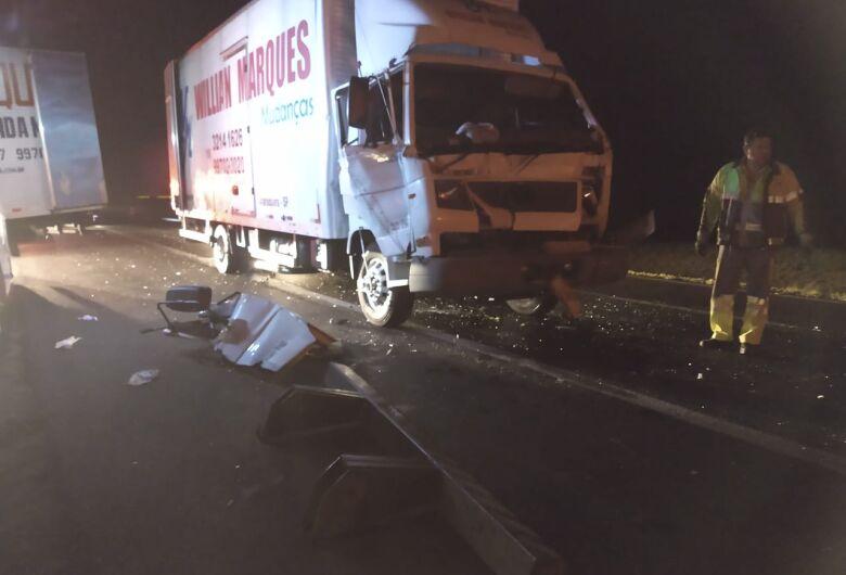 Caminhão bate na traseira de outro na Washington Luiz