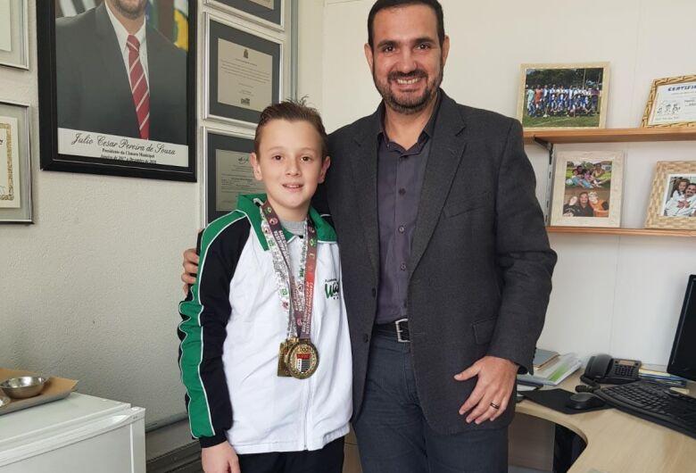 Julio Cesar recebe Kalyel Vitturi em seu gabinete e destaca importância do esporte para os jovens