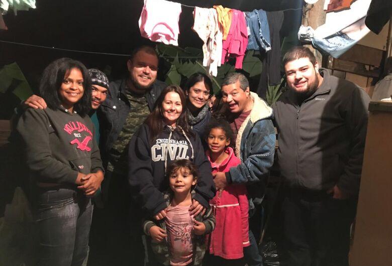 Após campanha do SCA, família de recicladores ganha casa e população de São Carlos superlota barraco de alimentos