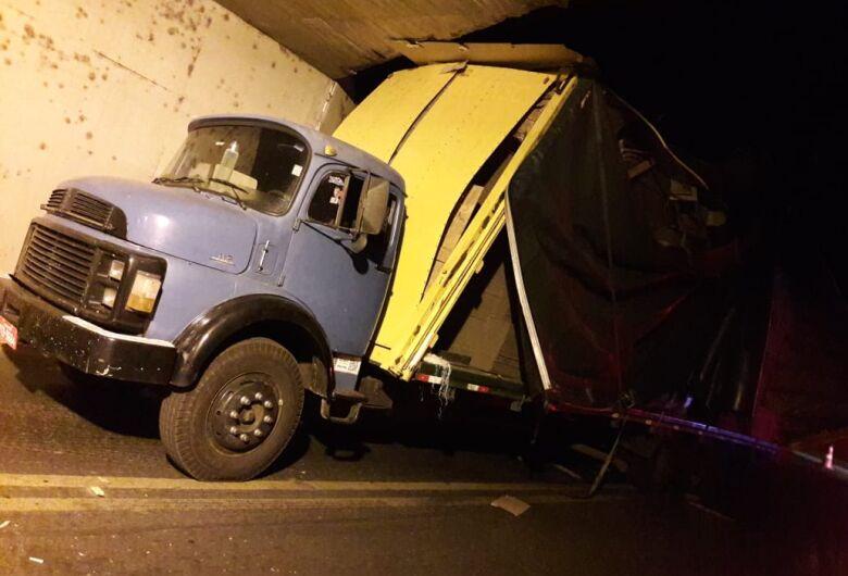 Caminhão fica danificado após entalar em pontilhão do São Carlos 8
