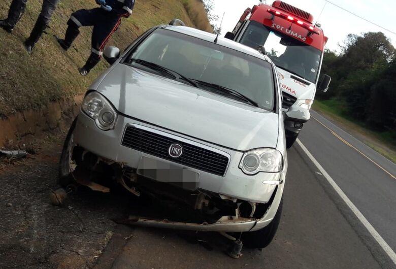 Motorista faz manobra brusca para evitar colisão e carro capota na SP-215