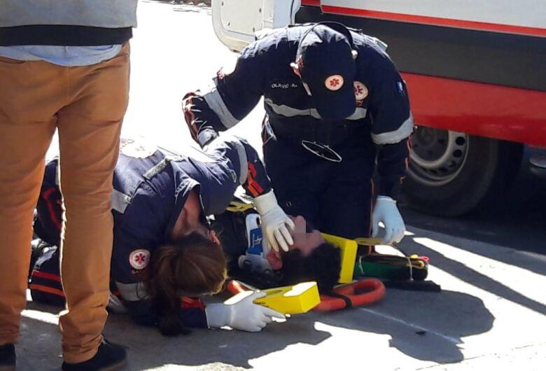 Motociclista bate cabeça em ponto de ônibus após cair de moto