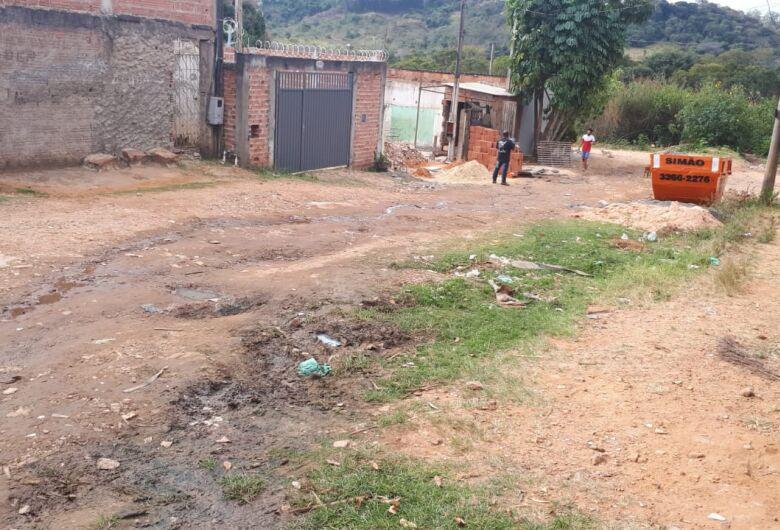 Rua sem asfalto deixa moradores do Antenor Garcia irritados