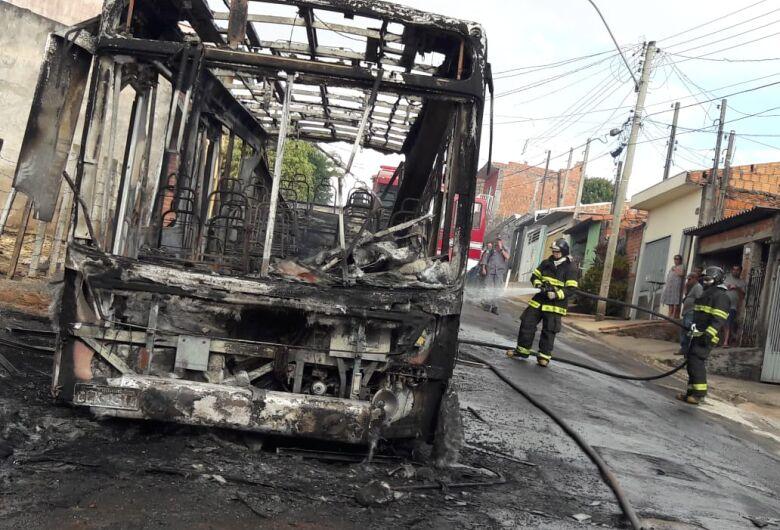 Incêndio destrói ônibus no Cidade Aracy