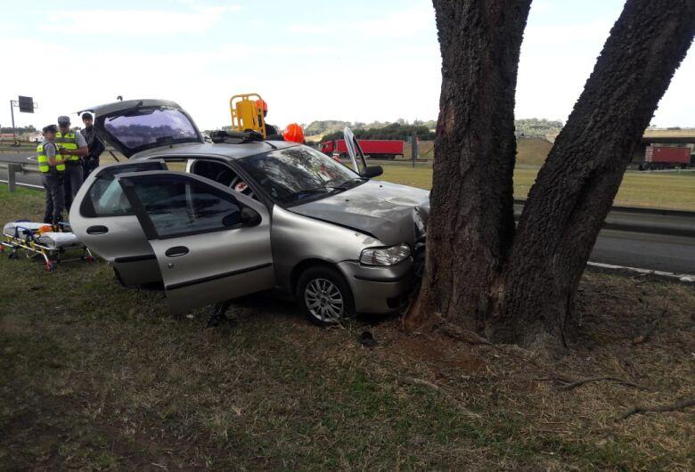 Mulher perde controle e carro colide em árvore em alça de acesso na SP-310