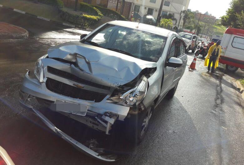 Colisão envolve três veículos e um motorista fica ferido