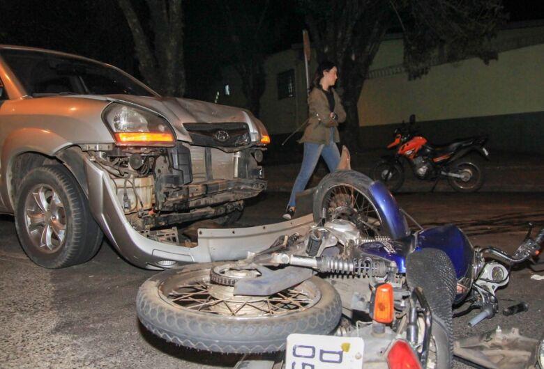 Colisão entre moto e carro no Centro deixa motociclista ferido