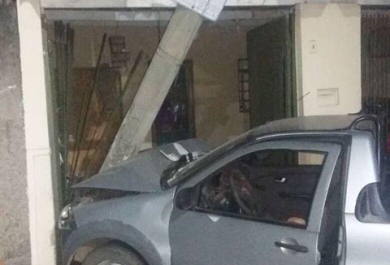 Adolescente foge após bater carro em poste e residência