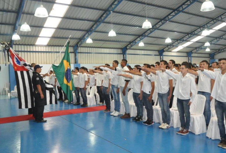 Jovens dispensados dos Serviços Militares juram bandeira em Ibaté