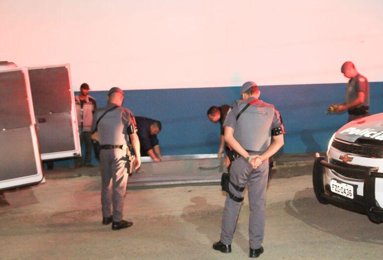 Homem de 31 anos é morto com golpes de faca e a pauladas em São Carlos