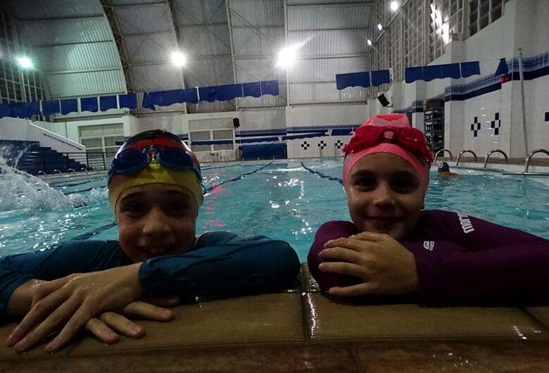 Duda Navarro e Artur Ribeiro são esperanças da nova geração da natação