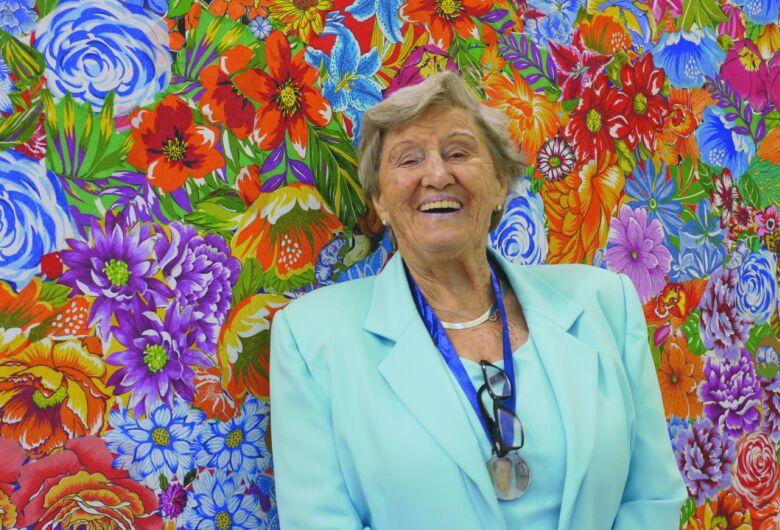 Tetê Brandolim, artista revelada aos 83 anos, faz campanha para realizar um sonho e lançar livro