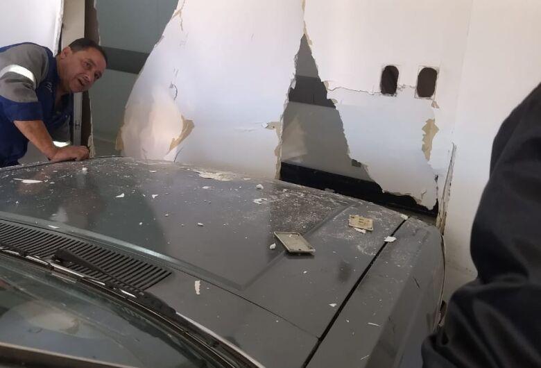 Homem bate carro em parede do Hospital Universitário (HU) ao tentar socorrer esposa