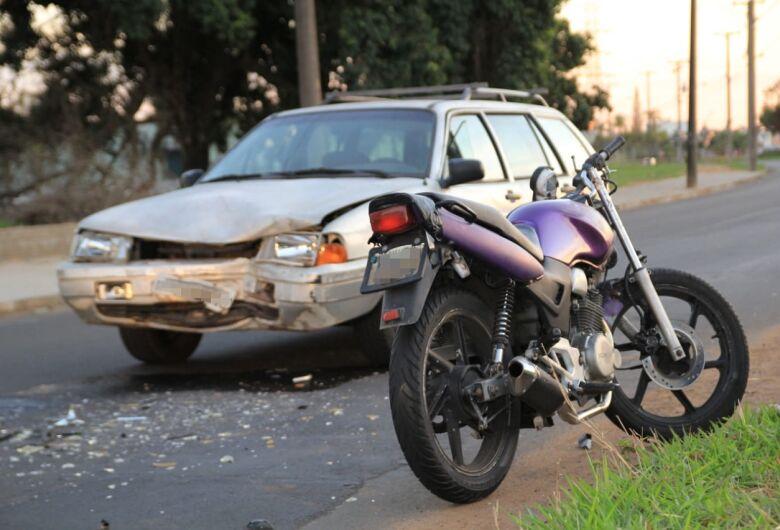 Colisão frontal entre carro e moto deixa um ferido na Av. Dr. Heitor José Realli