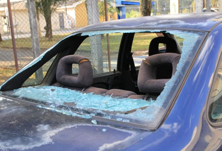 Homem é detido após danificar carro do vizinho