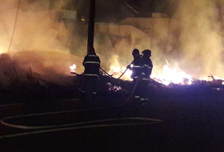 Incêndio acaba com entulhos do ecoponto do São Carlos 8 e deixa moradores sem energia
